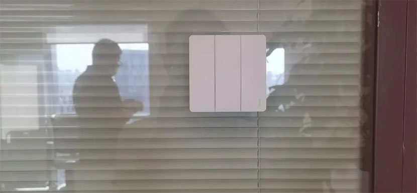 易百珑无线动能开关贴在玻璃上的效果图